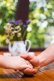 Χέρια εκμετάλλευσης ζεύγους κατά μια ημερομηνία στοκ εικόνα με δικαίωμα ελεύθερης χρήσης