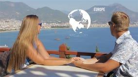 Χέρια εκμετάλλευσης ζεύγους που κάθονται στον πίνακα, που ονειρεύεται το ταξίδι, ζωτικότητα, ψηφιακή επίδειξη απόθεμα βίντεο