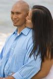 Χέρια εκμετάλλευσης ζεύγους που περπατούν στην παραλία Στοκ Φωτογραφίες