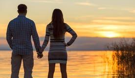 Χέρια εκμετάλλευσης ζεύγους στη λίμνη Στοκ φωτογραφία με δικαίωμα ελεύθερης χρήσης