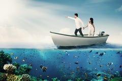 Χέρια εκμετάλλευσης ζεύγους στη βάρκα στοκ εικόνες