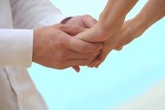 Χέρια εκμετάλλευσης κινηματογραφήσεων σε πρώτο πλάνο των παντρεμένων ζευγαριών στοκ φωτογραφία με δικαίωμα ελεύθερης χρήσης