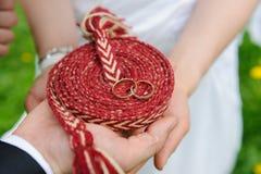 Χέρια εκμετάλλευσης με τα γαμήλια δαχτυλίδια Στοκ εικόνες με δικαίωμα ελεύθερης χρήσης
