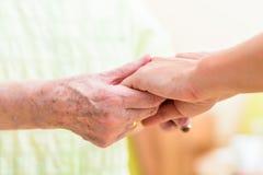 Χέρια εκμετάλλευσης νοσοκόμων της ανώτερης γυναίκας στοκ εικόνα με δικαίωμα ελεύθερης χρήσης