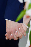 Χέρια εκμετάλλευσης νυφών και νεόνυμφων κατά τη διάρκεια της γαμήλιας τελετής Στοκ φωτογραφία με δικαίωμα ελεύθερης χρήσης