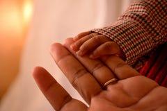 Χέρια εκμετάλλευσης παιδιών και μητέρων αφροαμερικάνων Στοκ εικόνες με δικαίωμα ελεύθερης χρήσης