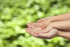 Χέρια εκμετάλλευσης πατέρων και γιων στο φυσικό υπόβαθρο Στοκ Εικόνα