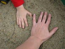 Χέρια ενηλίκων και παιδιών ` s Στοκ Εικόνα