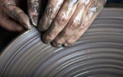 Χέρια ενός αγγειοπλάστη Στοκ Φωτογραφία