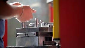 Χέρια ενός ατόμου που εργάζεται στο εργοστάσιο απόθεμα βίντεο