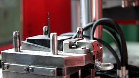 Χέρια ενός ατόμου που εργάζεται στο εργοστάσιο φιλμ μικρού μήκους