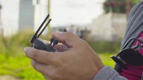 Χέρια ενός ατόμου που λειτουργεί έναν κηφήνα quadrocopter απόθεμα βίντεο