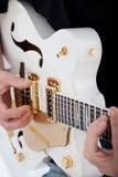 Χέρια ενός ατόμου που παίζει μια ηλεκτρική κιθάρα Στοκ Φωτογραφίες