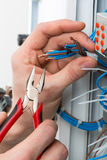 Χέρια ενός ηλεκτρολόγου Στοκ εικόνες με δικαίωμα ελεύθερης χρήσης