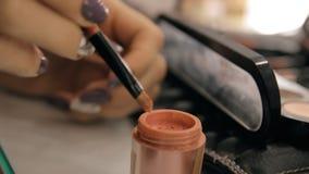 Χέρια ενός καλλιτέχνη εργασιακών χώρων καλλιτεχνών makeup makeup φιλμ μικρού μήκους