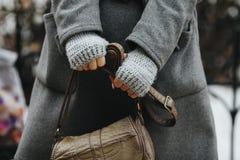 Χέρια ενός κοριτσιού που κρατά μια τσάντα, φθινόπωρο, άνοιξη Στοκ φωτογραφίες με δικαίωμα ελεύθερης χρήσης