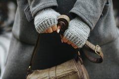 Χέρια ενός κοριτσιού που κρατά μια τσάντα, φθινόπωρο, άνοιξη Στοκ Εικόνες