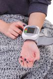 Χέρια ενός κοριτσιού που μετρά την πίεση με ένα tonometer Κινηματογράφηση σε πρώτο πλάνο απομονωμένος στοκ φωτογραφία με δικαίωμα ελεύθερης χρήσης