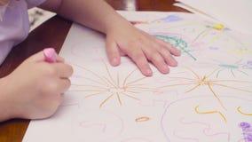 Χέρια ενός μικρού σχεδίου κοριτσιών σε έναν πίνακα απόθεμα βίντεο