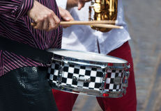 Χέρια ενός μουσικού με ένα τύμπανο Στοκ εικόνες με δικαίωμα ελεύθερης χρήσης