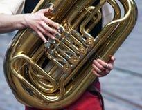 Χέρια ενός μουσικού με ένα helicon Στοκ Φωτογραφίες