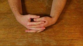 Χέρια ενός τρυπημένου προσώπου απόθεμα βίντεο