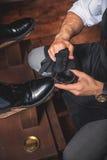 Χέρια ενός τύπου που γυαλίζει τα παπούτσια στοκ φωτογραφίες με δικαίωμα ελεύθερης χρήσης