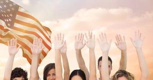 Χέρια επάνω στο κυματίζοντας κλίμα αμερικανικών σημαιών Στοκ φωτογραφία με δικαίωμα ελεύθερης χρήσης