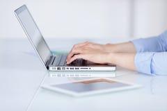 Χέρια επιχειρηματία που χρησιμοποιούν το lap-top στο γραφείο γραφείων Στοκ φωτογραφία με δικαίωμα ελεύθερης χρήσης