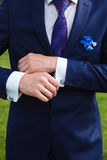 Χέρια επιχειρηματιών με τα μανικετόκουμπα Κομψός κύριος clother Στοκ εικόνα με δικαίωμα ελεύθερης χρήσης