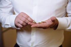 Χέρια επιχειρηματιών με τα μανικετόκουμπα κύριος clother Στοκ Εικόνες