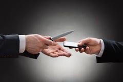 Χέρια επιχειρηματιών με το μαχαίρι και το κινητό τηλέφωνο Στοκ Φωτογραφία