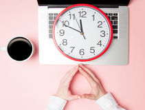 Χέρια επιχειρηματιών με το σημειωματάριο και το μεγάλο ρολόι Στοκ Εικόνες