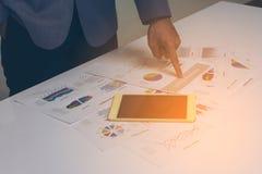Χέρια επιχειρηματιών που λειτουργούν με μια ταμπλέτα στον άσπρο πίνακα backg Στοκ Εικόνες