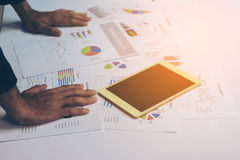 Χέρια επιχειρηματιών που λειτουργούν με μια ταμπλέτα Στοκ Εικόνα