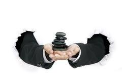 χέρια επιχειρηματιών που κρατούν τις πέτρες στοιβών του s Στοκ Εικόνες