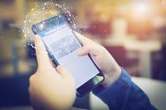 Χέρια επιχειρηματιών που κρατούν το smartphone με την έξυπνη σύνδεση τ Στοκ Φωτογραφίες