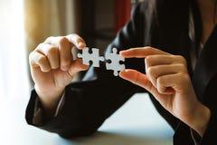 Χέρια επιχειρηματιών που λειτουργούν με τους πόρους χρηματοδότησης στοκ εικόνα