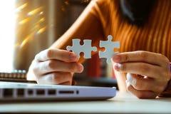 Χέρια επιχειρηματιών που λειτουργούν με τους πόρους χρηματοδότησης στοκ φωτογραφία με δικαίωμα ελεύθερης χρήσης