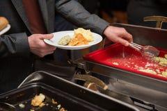 Χέρια επιχειρηματιών που παίρνουν τα τρόφιμα στη γραμμή μπουφέδων εσωτερική στην καντίνα Στοκ φωτογραφία με δικαίωμα ελεύθερης χρήσης