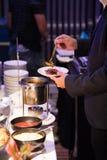 Χέρια επιχειρηματιών που παίρνουν τα τρόφιμα στη γραμμή μπουφέδων εσωτερική Στοκ εικόνα με δικαίωμα ελεύθερης χρήσης