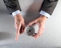 Χέρια επιχειρηματιών που παρουσιάζουν την εταιρική κατεύθυνση ή πρόοδο Στοκ εικόνες με δικαίωμα ελεύθερης χρήσης