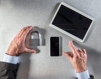 Χέρια επιχειρηματιών που παρουσιάζουν τη ασφάλεια δεδομένων και ασφάλεια για τις εταιρικές επικοινωνίες Στοκ Φωτογραφία