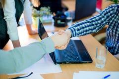 χέρια επιχειρηματιών που τ στοκ φωτογραφία