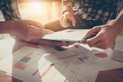 Χέρια επιχειρησιακών ομάδων στην εργασία με το οικονομικό σχέδιο και σε ξύλινο Στοκ Φωτογραφία