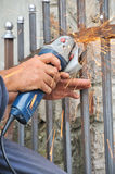 Χέρια εργαζομένων με το μύλο Στοκ Εικόνα