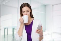 χέρια εστίασης γραφείων φλυτζανιών καφέ επιχειρηματιών άφιξης που κρατούν την τοποθετημένη γραφείο βαλίτσα πρωινού Στοκ εικόνα με δικαίωμα ελεύθερης χρήσης