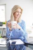 χέρια εστίασης γραφείων φλυτζανιών καφέ επιχειρηματιών άφιξης που κρατούν την τοποθετημένη γραφείο βαλίτσα πρωινού στοκ φωτογραφία
