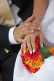 χέρια ζευγών παντρεμένα πρόσ Στοκ Εικόνες