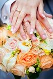 χέρια ζευγών παντρεμένα Στοκ φωτογραφία με δικαίωμα ελεύθερης χρήσης